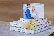 LIVRES COFFEE TABLE - <p><strong>Livres avec impression photo de haute qualité.</strong></p> <p>Montage manuel et professionnel de ces livres avec impression photo et comprenant une couverture de haute qualité en Hard back.</p> <p>Disponibles en trois types de papier :</p> <p><strong>PAPIER IMPRIMÉ:</strong>utilisé pour l'impression numérique.</p> <p><strong>PAPIER LAY-FLAT:</strong>utilisé pour l'impression sur papier épais de 250 gm avec une légère couture entre les pages.</p> <p><strong>PAPIER PHOTOGRAPHIQUE AVEC PAPIER LUSTRE:</strong>finition impeccable lorsque le livre est ouvert surtout pour vos photos panoramiques.</p> <p><strong><br /></strong>Son prix commence à partir de 62.50€, et nous offrons 40% de réduction en échantillon.</p>