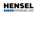 HENSEL Flash & Eclairage - La société Hensel a été fondée en 1963 et est spécialisée dans la conception et fabrication de sources lumineuses pour la photographie professionnelle, et est située à Würzburg, une ville universitaire du sud-ouest de l'Allemagne. La gamme Hensel comprend des flashs compacts, des générateurs et torches, des lumières continues et une très large gamme de façonneurs de lumière. Dans les années 90, Hensel a été l'inventeur du générateur autonome PORTY, et avec son flash compact CITO, Hensel produit le flash de studio le plus rapide avec une durée d'éclair de 1/100.000s. Les produits Hensel sont disponibles dans le monde entier - notamment aux Etats-Unis - et sont connus pour leurs grandes performances et leur fiabilité maximale. Tous les flashes compacts, générateurs, et torches Hensel sont 100% développés et fabriqués en Allemagne.