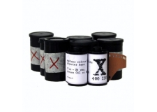 """FILM X - <p>Le nouveau film """"X"""" est un film 400iso aux couleurs saturées et à forte granulation. Son absence de masque orange permet un traitement aussi bien en négatif qu'en positif.</p>"""