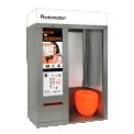 Starbooth Multi-Fonctions - Notre célèbre cabine photo se transforme en une cabine multi-fonctions qui intègre de nouveaux services pour les utilisateurs ! Vous pouvez maintenant scanner, copier et imprimer des documents PDF directement depuis votre smartphone ou clé USB. La cabine peut aussi être équipée d'un scanner d'ID et d'un distributeur de carte; une réelle occasion pour les entreprises et gouvernements. En effet, l'utilisateur peut ainsi l'utiliser aussi bien pour un renouvellement de passeport que l'ouverture d'un compte bancaire! Grâce à son écran externe, il est possible de diffuser des photos ou vidéos promotionnelles.