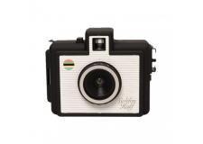 GOLDEN HALF - CLASSIC - <p>Le Golden Half est un appareil photo argentique 35mm dis 'demi-format'. Sur une photo classique en 10x15, cet appareil va capturer 2 clichés verticaux. Multipliant par deux le nombre de poses d'une pellicule (36 poses = 72 poses). Cet appareil de taille miniature est parfait pour composer des diptyques en tout genre et se trimballe facilement au fond de votre poche. Il est équipé d'une griffe standard pour flash vous permettant ainsi d'y adapter un flash pour capturer vos photos en intérieur.</p> <p>Ouvertures: f/8 et f/11</p> <p>Vitesse d'obturation: 1/100s</p> <p>Focale: 22mm</p>