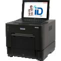 ID+ - Système d'impression de photos d'identitéDes photos d'identité quand vous le souhaitez !La solution Identité ID+ permet de réaliser rapidement et facilement toutes sortes de photos d'identité conformes aux normes européennes. Il est constitué de l'imprimante photo à sublimation thermique ID600 de DNP et d'une tablette tactile avec appareil photo intégré, équipée du logiciel ID+.La fonction biométrique recadre automatiquement la photo pour qu'elle soit conforme aux normes. Le service ANTS permet l'envoi de la photo dématérialisée dans le cadre des demandes de permis de conduire.La mention spécifique « ID Photo Paper » est imprimée au dos du papier pour indiquer que celui-ci est dédié à cet usage.Cette solution compacte nécessite peu d'espace et peut être installée facilement sur n'importe quelle table.Faire des photos d'identité n'a jamais été aussi simple !