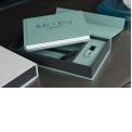 COFFRET DE LUXE AVEC CLE USB ET LIVRET - <p><strong>La parfaite combinaison de packaging!</strong></p> <p>Ce coffret de luxe comprend un livret de format A5 de 20 pages maximum avec vos belles images choisies par votre client.</p> <p>Mais ceci ne suffit pas… il comprend aussi une belle clé en crystal style fiole de parfum,de 8Gb personnalisable en UV gris.</p> <p>En choisissant la couverture en lin de la couleur de votre choix, vous personnalisez encore mieux votre coffret à l'intérieur comme à l'extérieur, ce qui rend le produit bien fini et unique!</p> <p>Cette couleur de lin est en harmonie avec la couverture du livret et rend le coffret en total symbiose!</p>