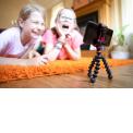 Joby GorillaPod Starter Kit - Mini trépied avec pince universelle pour smartphone, GoPro, torche LED - Emportez votre Starter Kit dans un sac ou dans une poche - Pince Universelle pour Smartphone - Fixation pour GoPro/torche LED - Jambes flexibles - Prenez de magnifiques photos grâce aux pieds en caoutchouc  Le GorillaPod Starter Kit est votre ticket d'entrée dans le monde de la création de contenu. Avec son mini trépied GorillaPod et de multiples fixations pour smartphone, GoPro (raccord universel), torche LED ou accessoire sur griffe (flash ou micro), ce kit est adapté à de nombreuses utilisations : l'enregistrement de votre premier vlog, les appels visio avec votre famille, l'éclairage d'une scène en mode macro, la capture de vos aventures sportives, et bien plus encore.