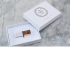 BOÎTE CLASSIQUE USB - <p>Notre toute nouvelle boite Classique se présente sous 3 variantes de couleurs neutres qui s'adaptent avec votre marque et à n'importe quel thème de mariage.</p> <p>Ces petites boites sont parfaites pour partager vos belles photos avec vos clients. Vous pouvez personnalisez le couvercle de chaque boite avec un graphique, les noms de vos clients ou tout simplement avec votre marque.</p> <p>La boite Classique peut être achetée avec ou sans la clé en crystal personnalisée. Les fermoirs des clés USB sont livrées en 3 couleurs différentes ( chrome, rose doré ou doré) pour vous donner plus de raisons d'impressionner vos clients avec un produit entièrement personnalisé et de grande qualité.</p>