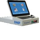 """DT-T6mini - Terminal de commande tactile 11,6""""Une nouvelle expérience pour l'impression photo libre-service.Le DT-T6mini est un terminal de commande conçu pour les kiosques photo.Le terminal permet au client final de préparer sa commande de manière autonome.Le nouvel écran multitouch 11,6"""" offre une interface intuitive et une expérienced'impression facile et innovante.Les clients peuvent connecter en un instant tout appareil mobile par câbleou sans fil et déposer leur téléphone sur une surface antidérapante.La création d'albums photos(1), des compositions, de cartes photo(2), de calendriersou de cartes de voeux n'a jamais été aussi simple et agréable.Compact une fois replié, il se transporte facilement !"""