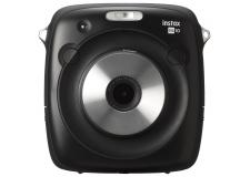"""Appareils photo  instantanés/hybride : Instax SQ10 - <p><strong>Français:</strong> Le premier appareil photo hybride instantané au format carré!</p> <p>FUJIFILM a lancé en Mai 2017 l'Instax SQUARE SQ10 (SQ10), le premier appareil photo hybride instantané à proposer un film au format carré: le """"film instax SQUARE"""". Conscient de l'énorme potentiel qu'offre aux photographes l'utilisation d'appareils photo instantanés équipés de nouvelles technologies, FUJIFILM a décidé de créer un tout nouveau modèle entièrement dédié au format carré, le format """"SQUARE"""".</p> <p>Il est le premier appareil photo de sa catégorie à être équipé d'un capteur d'image numérique et à bénéficier de technologies de traitement numérique de l'image. Il offre une bien meilleure qualité d'image photographique ainsi que des possibilités d'édition et de traitement de l'image plus performantes avant l'impression. Ce nouveau système hausse à un niveau supérieur la qualité des images Instax.</p> <p>Les photographes pourront exprimer leur créativité et leur sens artistique grâce à une interface très intuitive. Les fonctions de capture d'image plus performantes du SQ10 offrent à ce dernier né de la gamme Instax des niveaux de contrôle et de facilité d'utilisation sans pareil. Le SQ10 permet désormais aux photographes de saisir en toute simplicité les scènes les plus diverses tout en gardant un parfait contrôle de leur prises de vues.</p>"""
