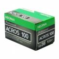 FUJI Acros 100 - <p>Fujifilm Neopan Acros 100 ISOest un film à grain très fin, pour une utilisation en portrait, mode, paysage, architecture, astro photographie, intérieur au flash...</p> <p>La finesse record de la granularitédu film Fujifilm Neopan Acros 100 ISOaccroît fortement le piqué, la qualité du rendu des textures favorise les agrandissements les plus larges, assure unereproduction parfaite des plus délicates subtilités des teintes chair avec les ombres et les hautes lumières plus riches de détails.</p> <p>Présente une riche gamme de gris.</p>