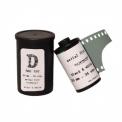 """Film """"D"""" - <p><strong>""""D"""" est un film noir & blanc panchromatique à grain fin dédié à la surveillance aérienne.</strong>Sa base polyester plus fine qu'un film ordinaire est néanmoins compatible avec tous les processus habituels de traitement.</p> <p>""""D"""" donne également de bons résultats en traitement inversible et représente une alternative intéressante à l'Agfa Scala. Il peut être exposé de 500 à 2000 ISO.</p> <p>Le film est conditionné manuellement en cartouches recyclées et n'a pas de code DX.</p>"""