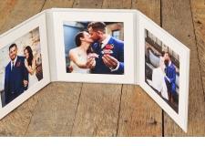 PRÉSENTATION FOLIOS - <p>Excellente présentation de vos photos!</p> <p>Ce présentoir est fabriqué avec une couverture en lin; sur la couverture vous pouvez obtenir une gravure faite au laser ou avec un caméo.</p> <p>Vous pouvez commander ce livret de présentation disponible en deux formats: en Duo ou en Trio.</p> <p>Format de poche 20 x 20 cm (8×8″) ou 15 x 15 cm (6×6″).</p> <p>Ce livret est composé de 4 feuilles de haute qualité pour vos montures.</p> <p>Ajoutez une clé argenté USB de 8GB dans la poche cigogne sur le côté!</p>