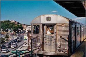 Avant d'un Wagon du métro de New-York en extérieur sur un viaduc métallique